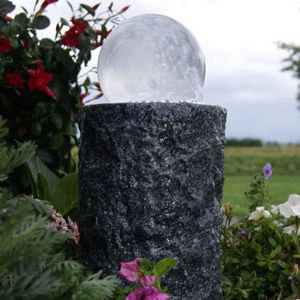 Gartenbrunnen Las Palmas, Säule aus Granit mit massiver Milchglaskugel und                                                 LED-Ring mit 30 Dioden, Kugel Ø 15cm, Säule Ø 20cm, Höhe 35cm